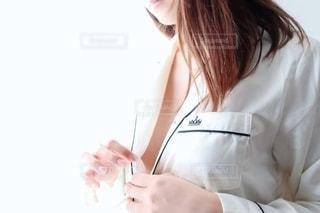 女性の着替えの写真・画像素材[2260401]