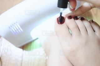 足にネイルする女性の写真・画像素材[2262149]