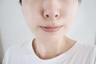 白いシャツを着た女性のクローズアップの写真・画像素材[2276523]