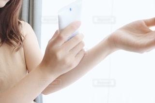 クリームを塗る女性の写真・画像素材[2284157]