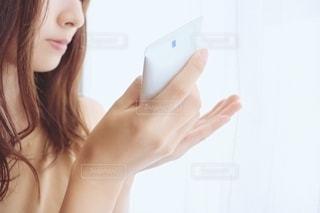 クリームを塗る女性の写真・画像素材[2284174]