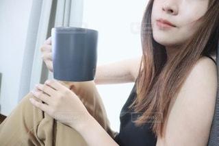 休日ホットカフェオレを飲む女性の写真・画像素材[2306791]