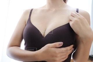 女性のキャミソール姿の写真・画像素材[2340982]