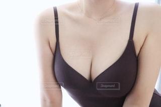 キャミソール姿の女性の写真・画像素材[2340983]