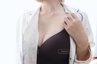 パジャマ姿の女性の写真・画像素材[2341459]