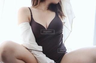 女性のセクシーなパジャマ姿の写真・画像素材[2341574]
