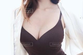 女性のキャミソール姿の写真・画像素材[2341582]