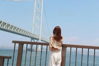 橋の前に立っている女性の写真・画像素材[2372531]