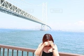 橋の前に立つ女性の写真・画像素材[2372543]