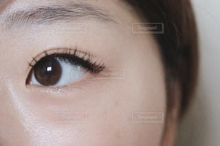 女性の目元の写真・画像素材[2383269]