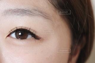女性の目元の写真・画像素材[2405822]