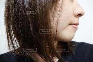 黒いシャツを着た女性の写真・画像素材[2728502]