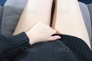 椅子に座っている女性の写真・画像素材[2730700]