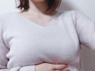 白いシャツを着た女性の写真・画像素材[2773243]