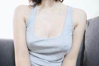 女性のタンクトップ姿の写真・画像素材[2784361]