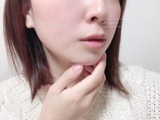 白いシャツを着た女性の写真・画像素材[2793769]