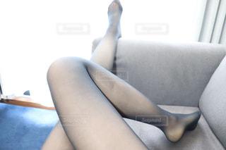 椅子に座っている女性の写真・画像素材[2800274]