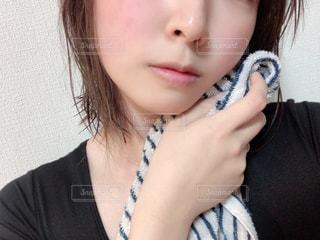 白いシャツと黒髪の女性の写真・画像素材[2805195]
