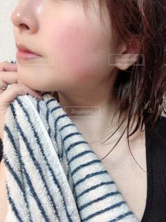 カメラを見ている若い女の子の写真・画像素材[2806046]