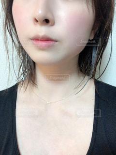 黒いシャツを着た女性の写真・画像素材[2806209]