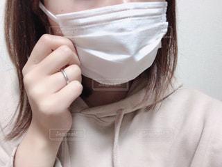 白いシャツを着た女性の写真・画像素材[2808757]