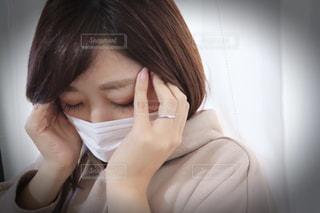 考え込むマスク姿の女性の写真・画像素材[2808903]