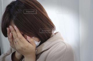 落ち込む女性の写真・画像素材[2808911]