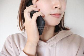 電話で話している若い女の子の写真・画像素材[2809206]
