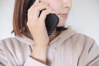 携帯電話で話している女性の写真・画像素材[2809212]