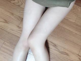 木製の床に座っている人の写真・画像素材[2814074]