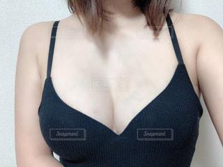 黒いシャツを着た女性の写真・画像素材[2864714]