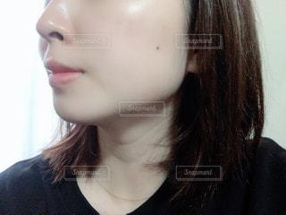 黒いシャツを着た女性の写真・画像素材[2913575]