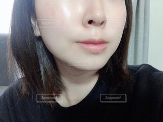 黒いシャツを着た女性のクローズアップの写真・画像素材[2913589]