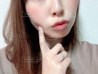 ピンクの髪の女性のクローズアップは、自分撮りを取るの写真・画像素材[3015052]
