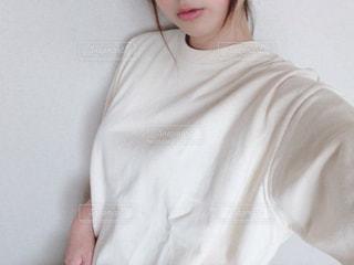 白いシャツを着た少女の写真・画像素材[3277687]