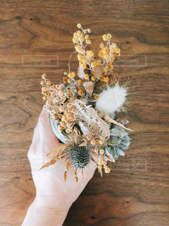 テーブルの上の花の花瓶の写真・画像素材[1813667]