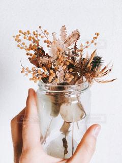 花を持つ手の写真・画像素材[2462615]