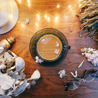 木製のテーブルにコーヒーを一杯入れたの写真・画像素材[3238451]