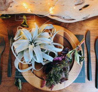 木製のテーブルの上に座っている花瓶の写真・画像素材[3510819]