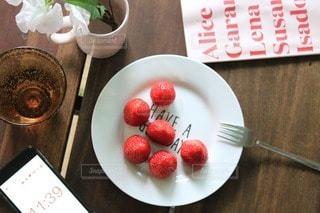 木製のテーブルの上のイチゴと桜で④の写真・画像素材[2980191]