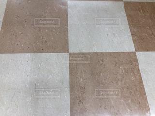 近くにタイル張りの床のアップの写真・画像素材[1818381]