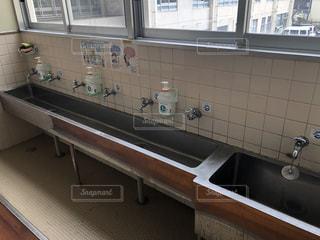 小学校の手洗い場の写真・画像素材[1822071]