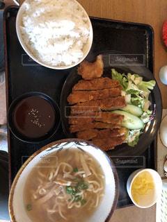 沖縄そばと豚カツの定食の写真・画像素材[2048450]