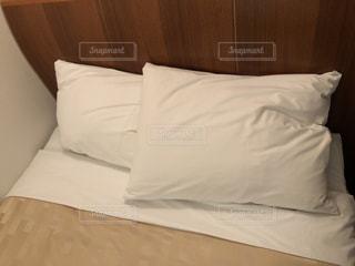 ホテルの枕の写真・画像素材[2048454]