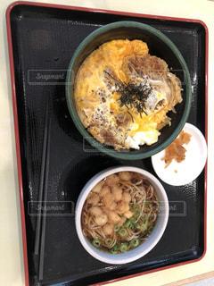 天平うどんのかつ丼蕎麦セットの写真・画像素材[2049033]