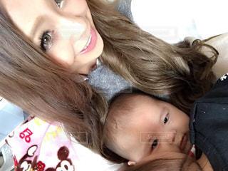 赤ん坊を抱いている女性の写真・画像素材[2279104]