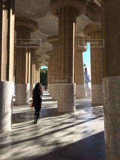 柱と後ろ姿の写真・画像素材[4845159]