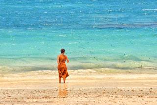 綺麗な海と女性の写真・画像素材[1819071]