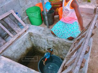 水汲みをする少女の写真・画像素材[1819076]
