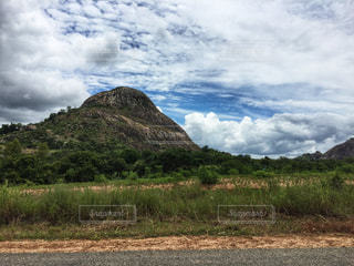 背景の山のフィールドの写真・画像素材[1821971]